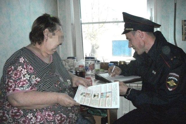Участковому Максиму Куприянову в знак особого уважения предлагают самый чистый стул в доме.