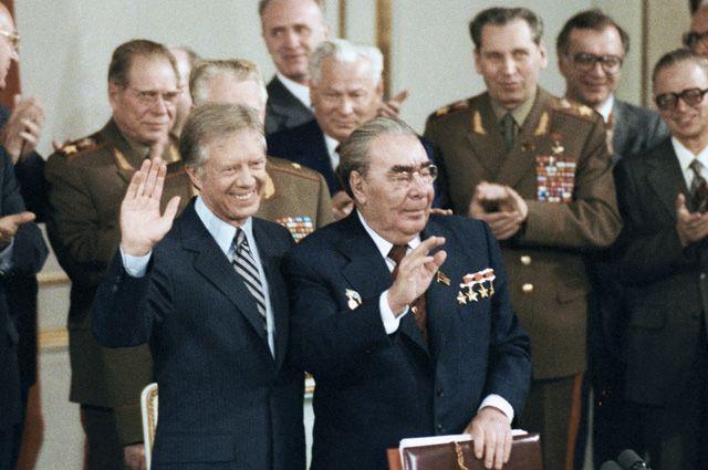 Генеральный секретарь ЦК КПСС Леонид Брежнев и Президент США Джимми Картер перед подписанием советско-американских документов об ограничении стратегических наступательных вооружений – ОСВ-2.