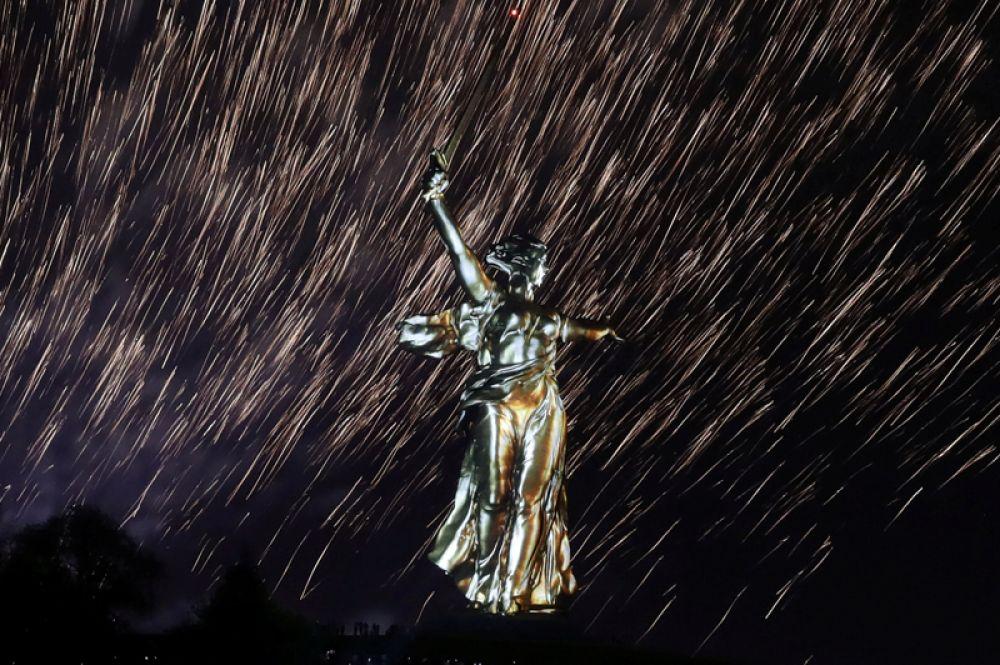 Фейерверк над скульптурой «Родина-мать» на вершине Мамаева Кургана в Волгограде в День Победы.