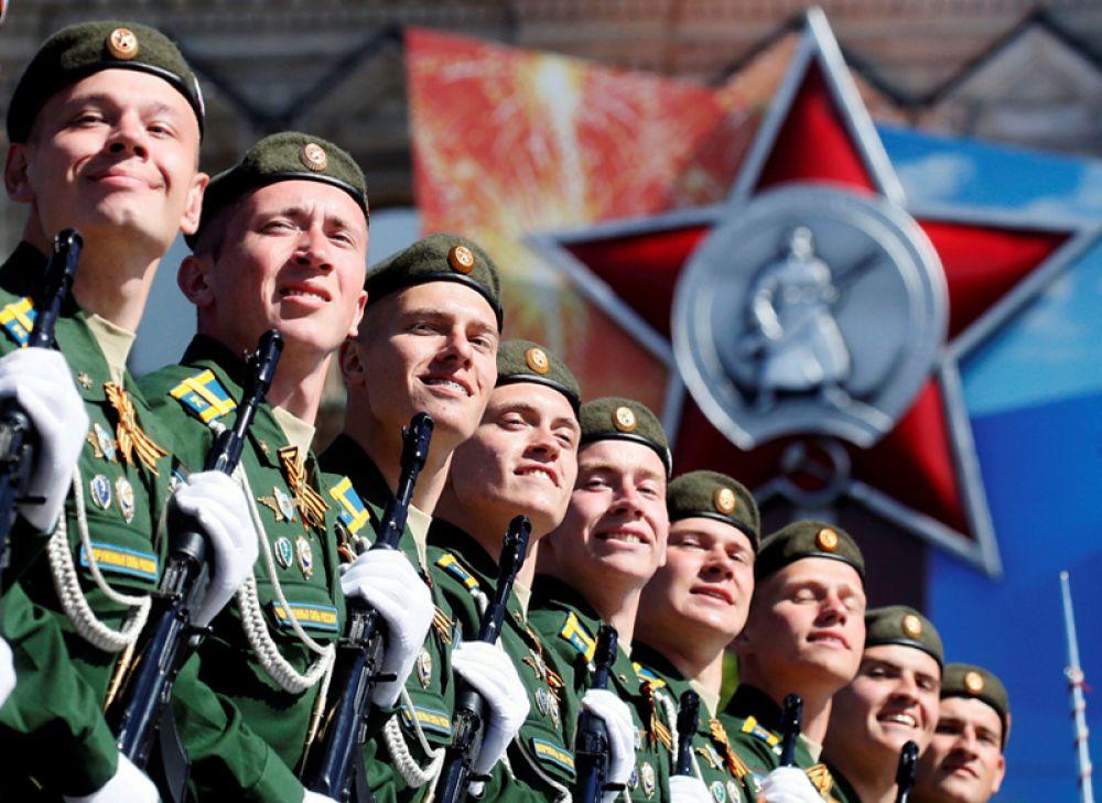 Военнослужащие во время парада Победы 9 мая на Красной площади, Москва.