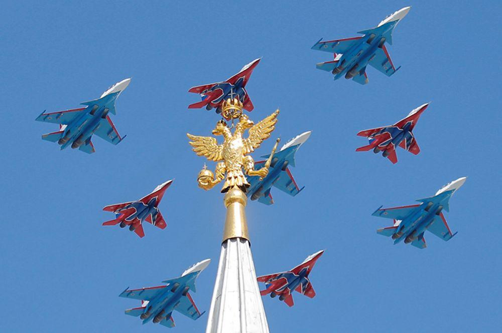 Многоцелевые истребители Су-30СМ пилотажной группы «Русские Витязи» и МиГ-29 пилотажной группы «Стрижи» во время парада Победы 9 мая, Москва.