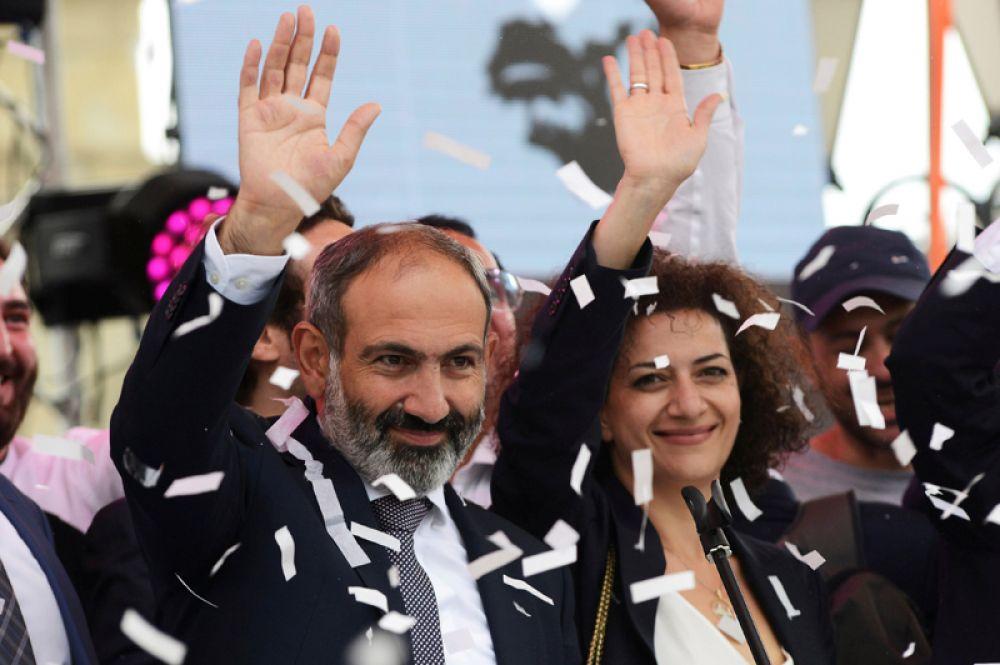 Лидер оппозиционного движения Никол Пашинян, избранный премьер-министром Армении, приветствует своих сторонников на площади Республики в Ереване, Армения.