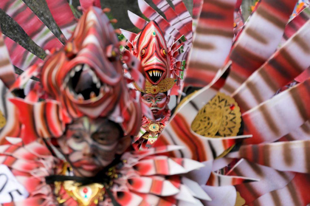 Балийские артисты в традиционных костюмах принимают участие в фестивале Maritime на острове Бали, Индонезия.