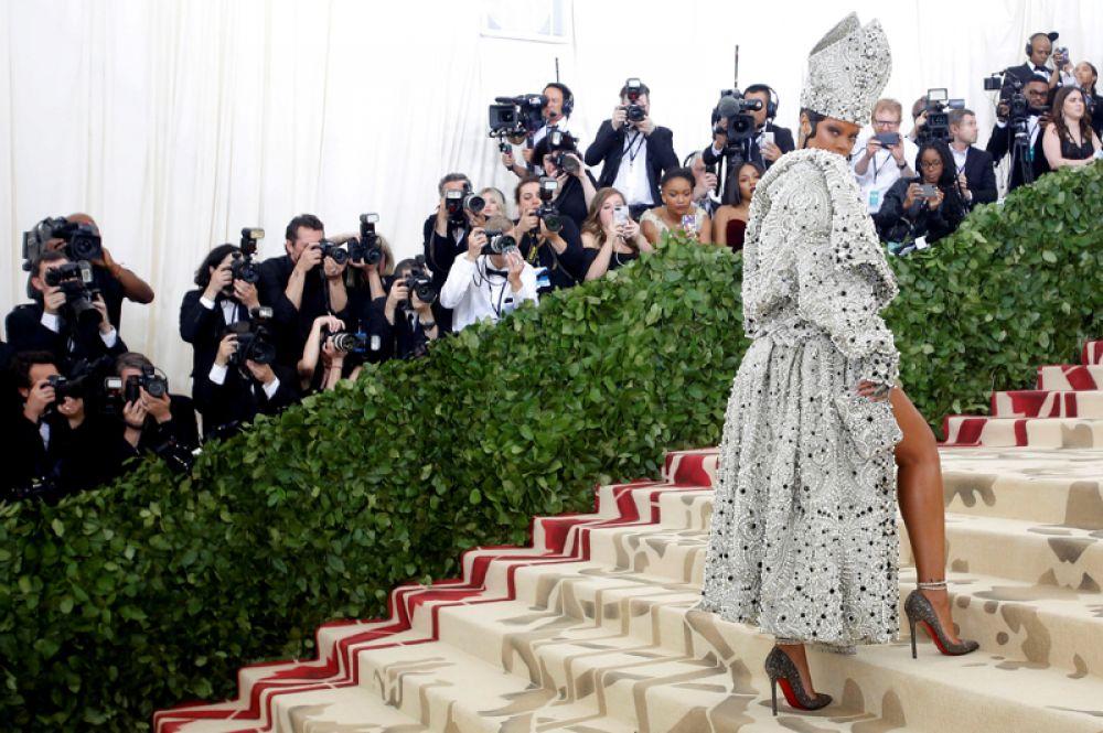 Певица Рианна на Балу Института костюма Met Gala в Метрополитен-музее, Нью-Йорк. В этом году темой мероприятия была выбрана «Божественные тела: мода и католическое воображение».