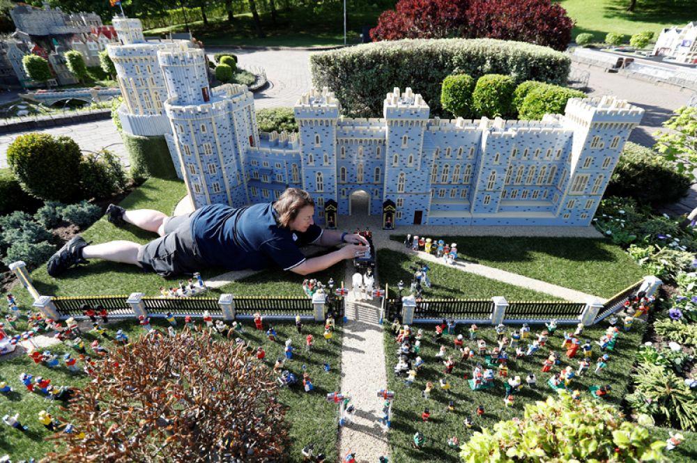 Игрушечный Виндзорский замок из фигурок «Лего», выпущенный компанией к свадьбе принца Гарри и Меган Маркл.