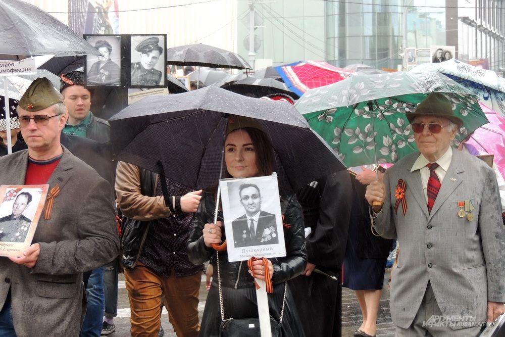 Почти на всех участниках шествия были георгиевские ленточки.