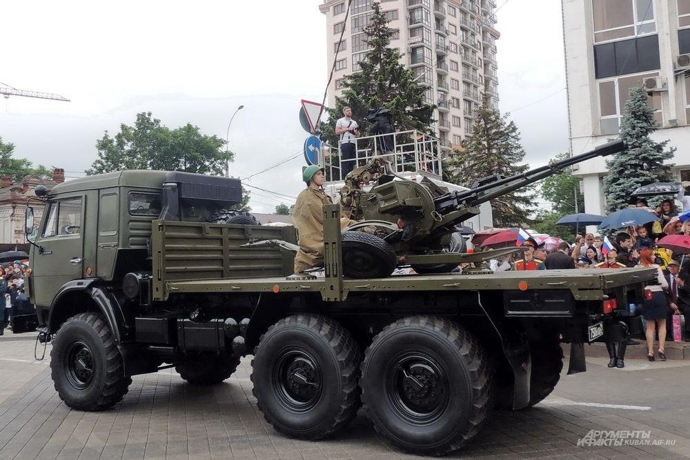 Военный автомобиль КамАЗ со спаренной зенитной установкой ЗУ-23-2.