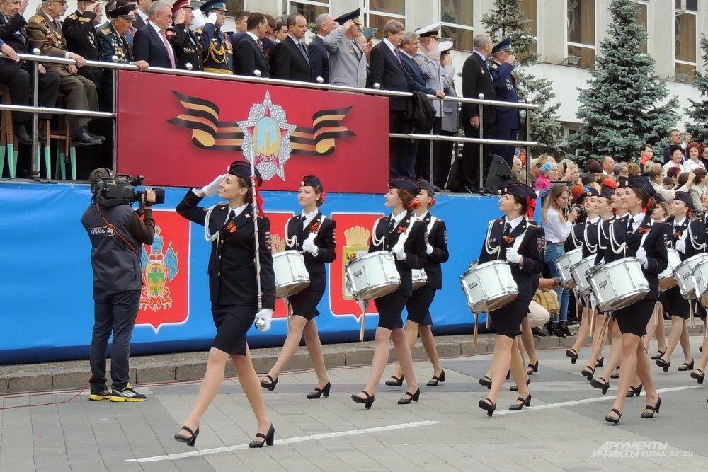Торжественное прохождение парадных расчётов открыл взвод барабанщиц Краснодарского университета МВД России.