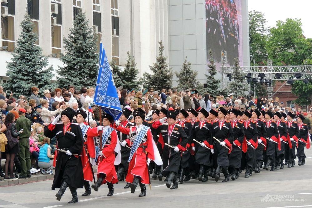 На Театральной площади Краснодара - воспитанники казачьих кадетских корпусов Кубани.