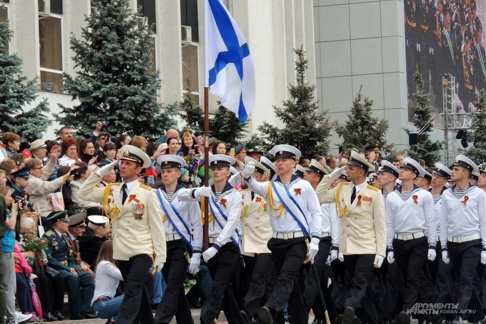 Парадный расчет с Андреевским флагом.