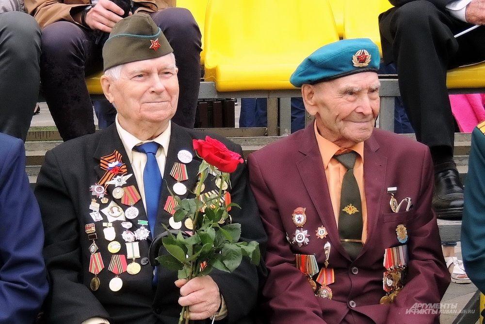 Ветераны Великой Отечественной войны ожидали начала военного парада в хорошем настроении.