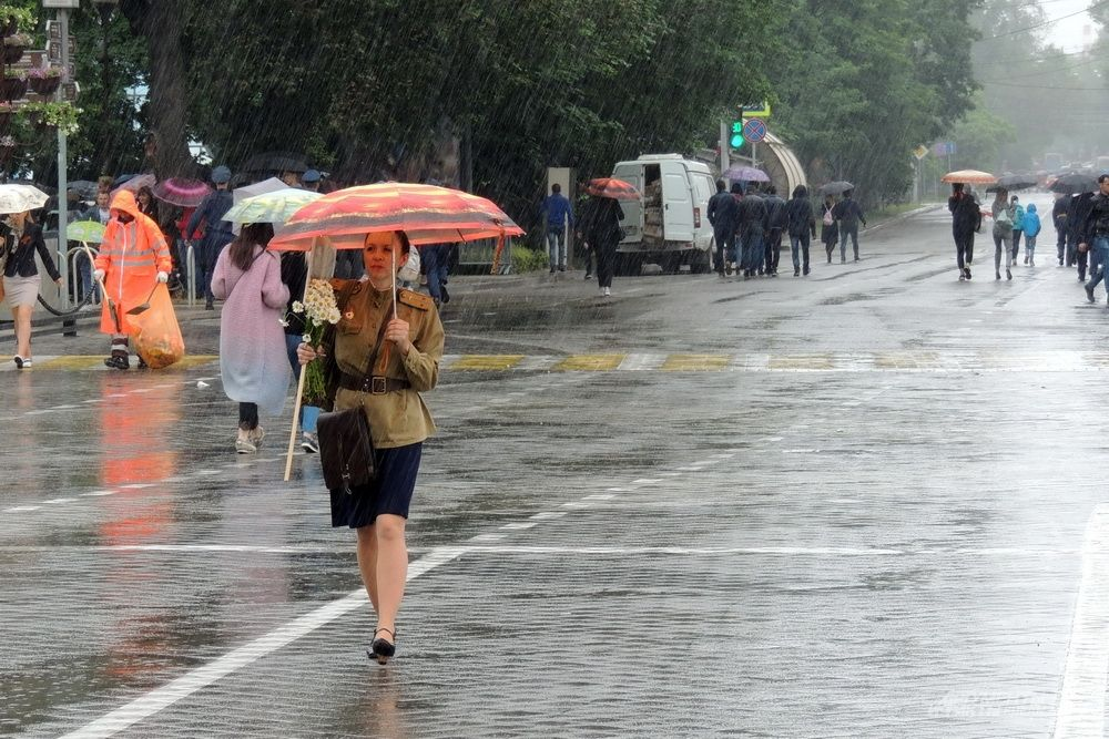 После окончания парада в Краснодаре пошёл дождь.
