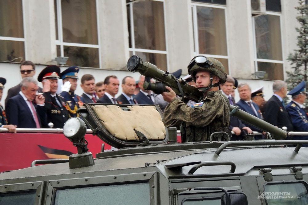 Военнослужащий с переносным зенитно-ракетным комплексом «Игла».