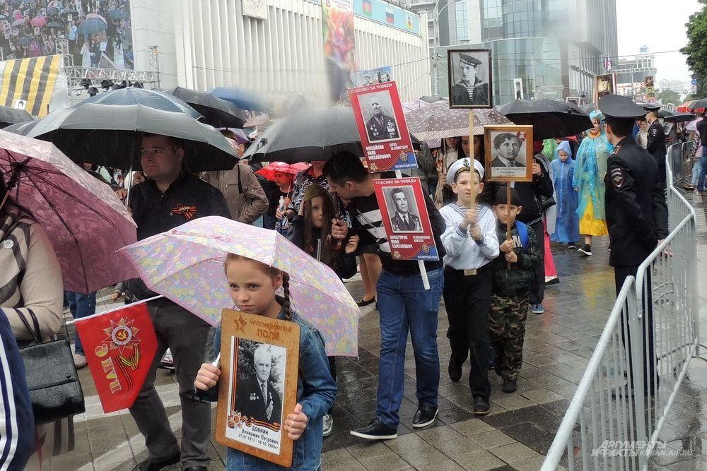 Среди участников шествия было много детей.