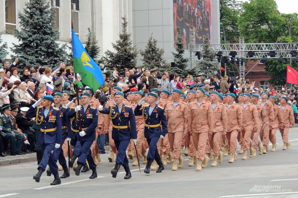 Парадный расчет 7-й гвардейской Краснознаменной орденов Суворова и Кутузова десантно-штурмовой дивизии.