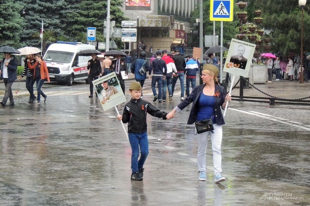 Несмотря на непогоду, краснодарцы спешили на акцию «Бессмертный полк».
