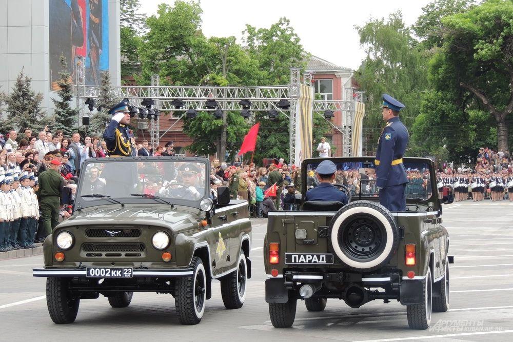 Парад в честь Дня Победы принимал врио начальника Краснодарского территориального гарнизона, полковник Олег Бучельников.