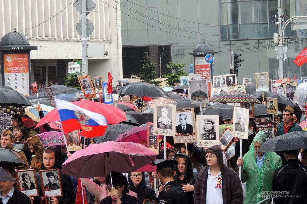 Несмотря на дождь, акция «Бессмертный полк» собрала в Краснодаре больше ста тысяч человек.