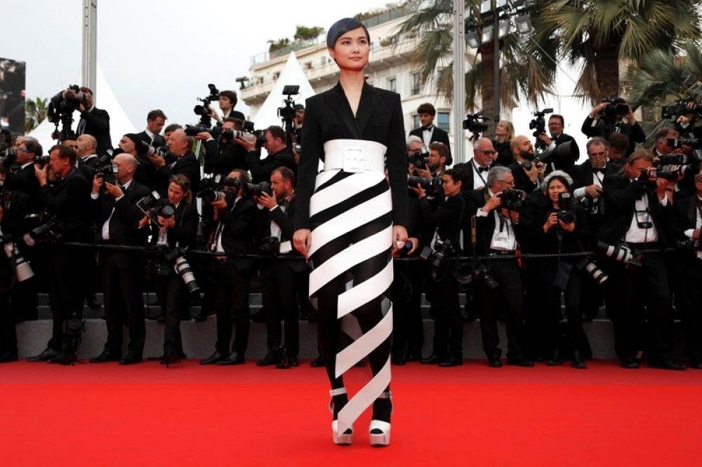 """Актриса Крис Ли покорила многих своим """"сюрреализмом"""" на ногах - настолько западает в душу ее платье со """"спиральным"""" подолом."""