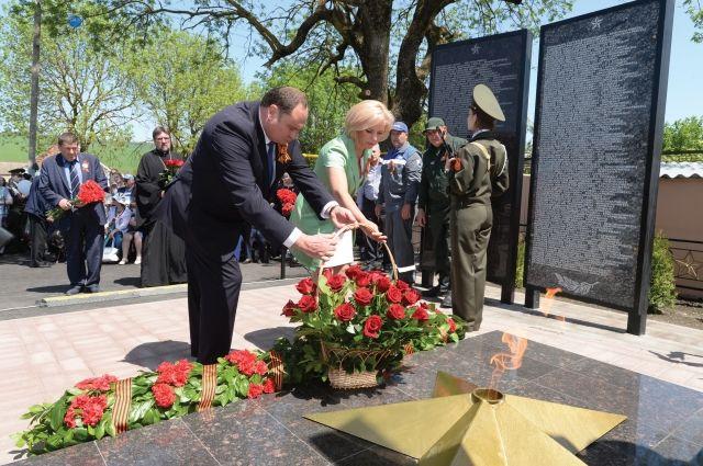 Алексей Завгороднев и Ольга Казакова возлагают цветы.