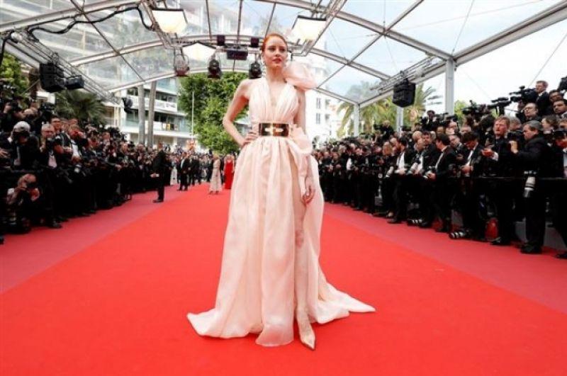 Актриса Барбара Майер в своем белом платье была похожа на греческую богиню.