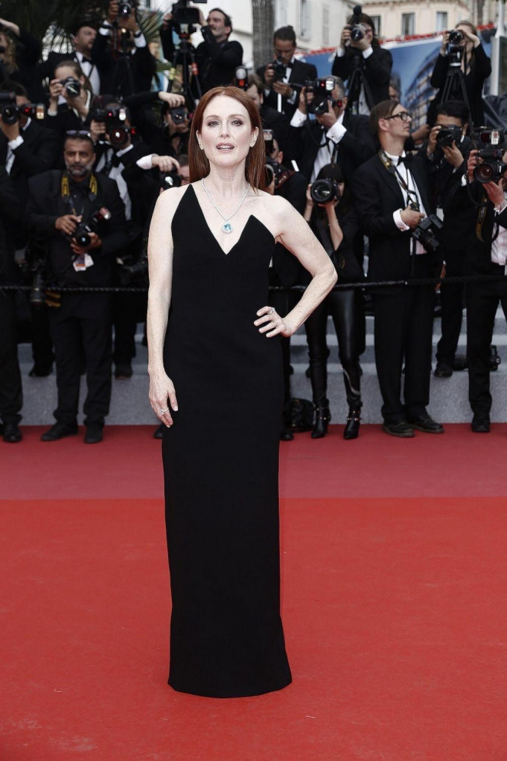 """Начнем мы нашу фотогалерею с """"битвы двух декольте"""" - актриса Джулианна Мур затмила на красной дорожке всех своим классическим черным платьем с декольте."""