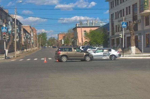 В Оренбурге в ДТП с Renault и Skoda пострадали два ребенка.