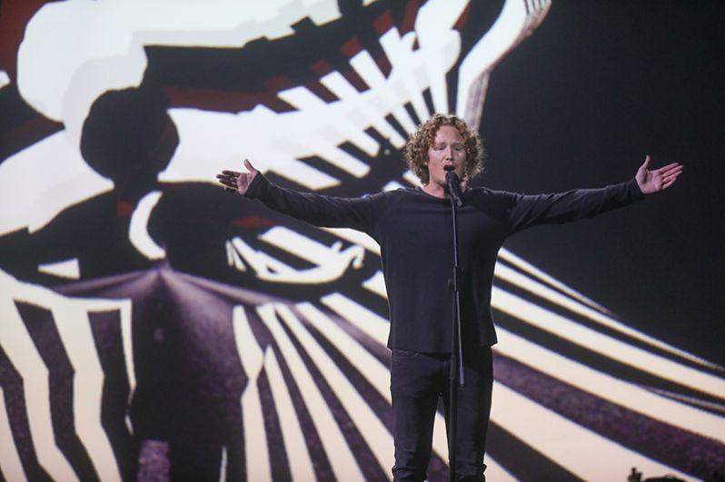 Михаэль Шульте из Германии с песней «You Let Me Walk Alone».
