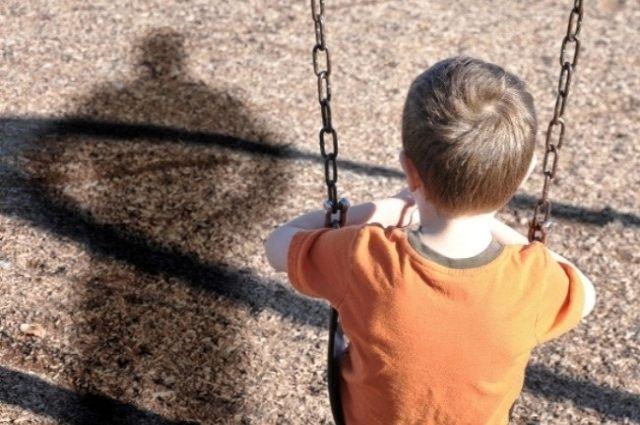 На неисправных качелях ребёнок может покалечиться.