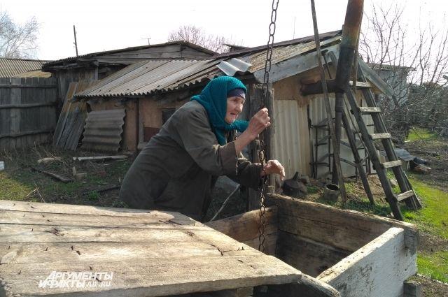 Анна Ермошкина в свои 80 лет иногда носит воду с колодца сама, правда поднять может только полведра.