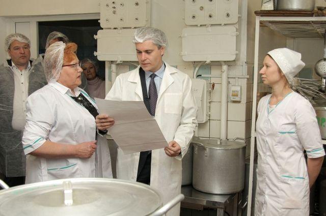 Мэр Владимир Панов на кухне.