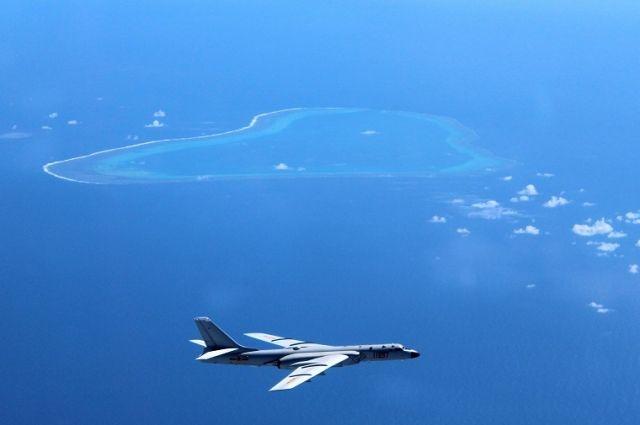 Китайский бомбардировщик над островами в Южно-Китайском море.