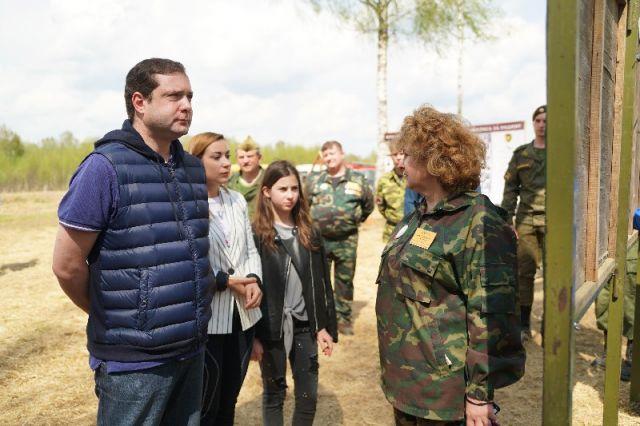 Алексей Островский с женой, дочерью и Ниной Куликовских на Вахте Памяти.