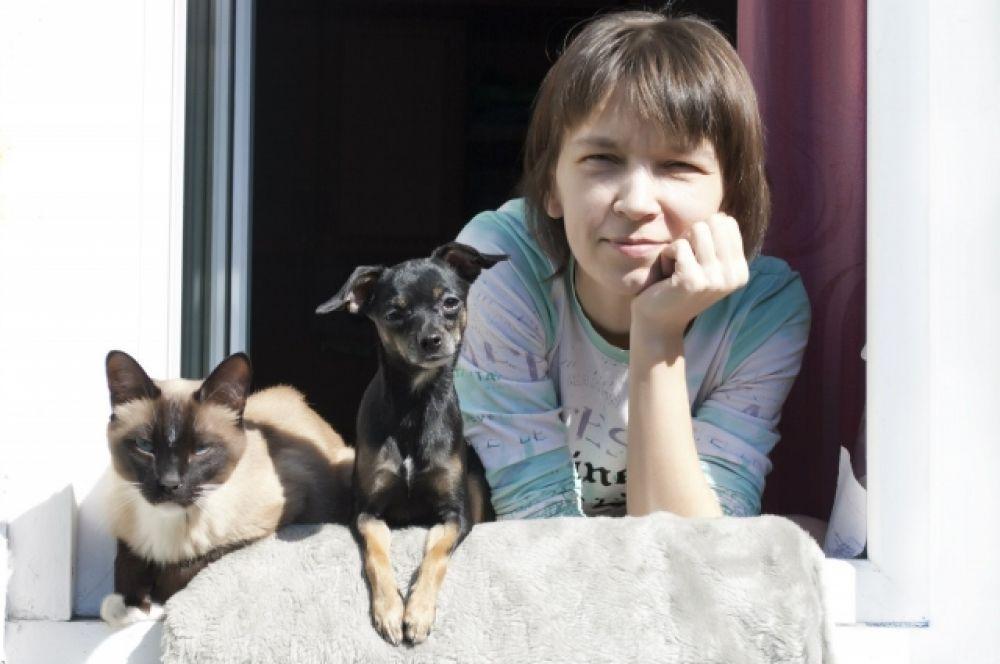 Ольга Тингилева с собакой Боней и котом Бесом