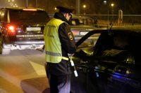 Полицейский усадил спасённых людей в  свой автомобиль.