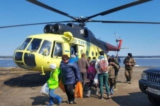 До своих домов люди добирались на вертолете.