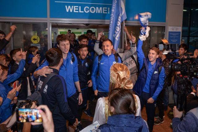 ФК «Оренбург» в аэропорту встречали болельщики, оркестр и аплодисменты.