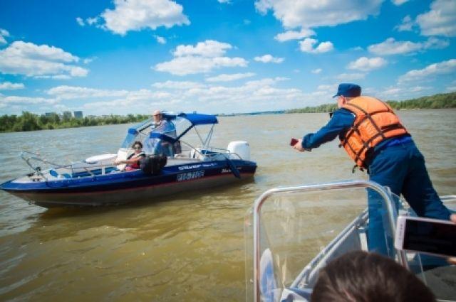 Судоводитель и весь экипаж должен быть в спасательных жилетах.