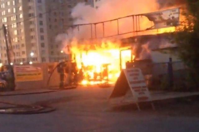 В Оренбурге ночью горела шиномонтажная мастерская.