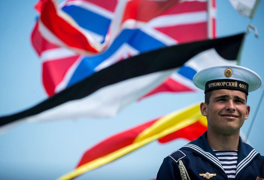 Показ боевых кораблей, посвященный празднованию 235-летия Черноморского флота в Севастополе. Моряк-Черноморец.