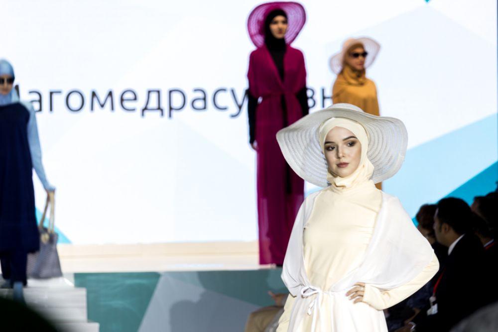 Шляпы в моде наравне с хиджабами.