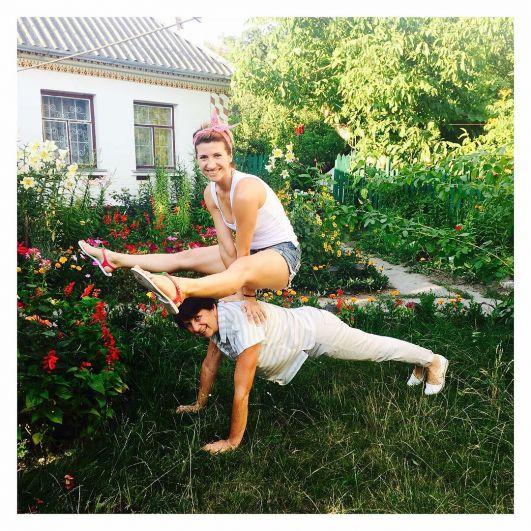 Судя по фото у Аниты Луценко очень спортивная мама. А сама тренер поздравила всех мама с праздником очень философски: «Я поздравляю не тех, кто рожает, а тех, кто мама- человек человека»