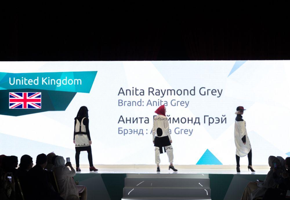 Наряды английского дизайнера выполнены из старых рубашек. Анита Грей озабочена вопросами экологии и демонстрирует, что вторичной переработке есть место и на подиуме.
