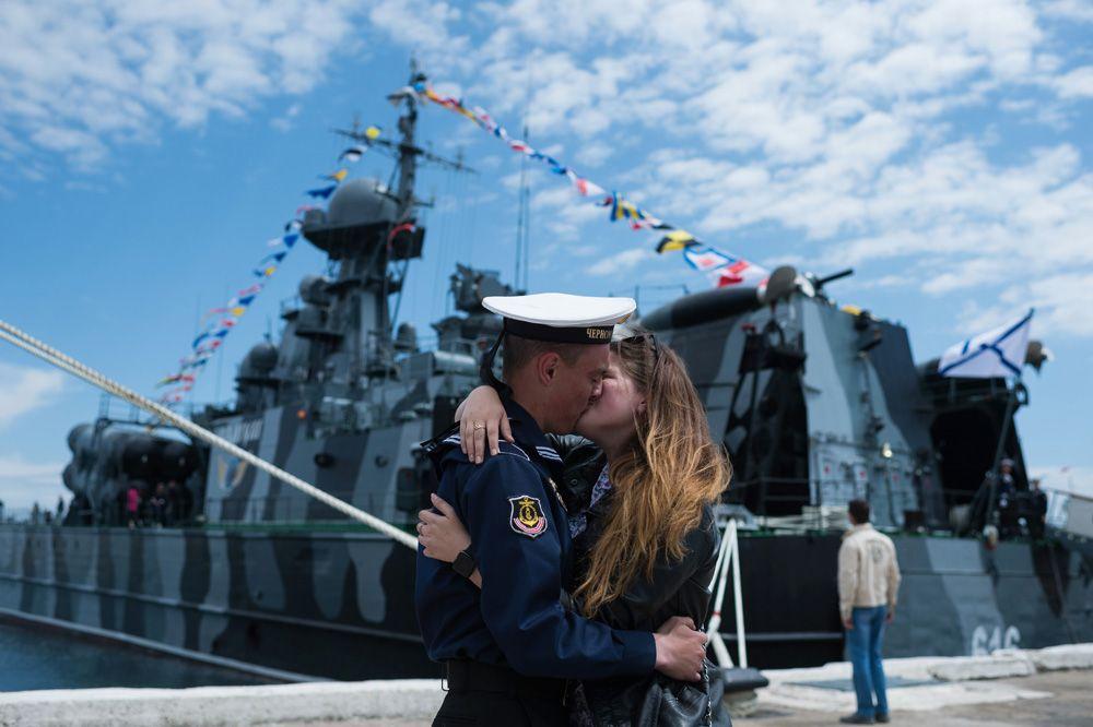 Моряк Черноморского флота с девушкой во время праздничных мероприятий в Севастополе.