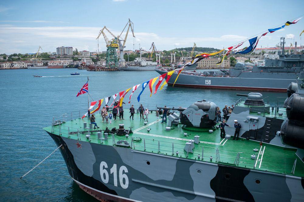 Показ боевых кораблей, посвященный празднованию 235-летия Черноморского флота в Севастополе.
