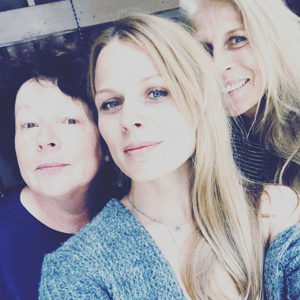 «З Мамою завжди дитинство... Привітайте від нашої сім`ї ваших... На фото - моя ніжна Мамочка і люба Свекруха, Клара Василівна... Зі святом нас, дівчата !» - гласит подпись Оли Фреймут под фото.