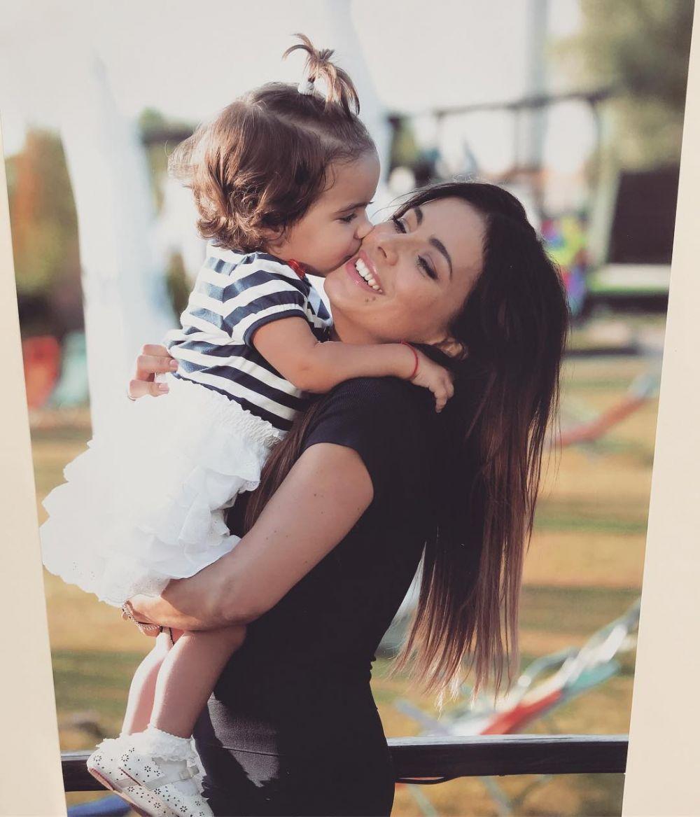Ани Лорак выставила в своем блоге очень душевное фото: «Всем мамочкам мира здоровья и женского счастья! Happy Mother's Day!»