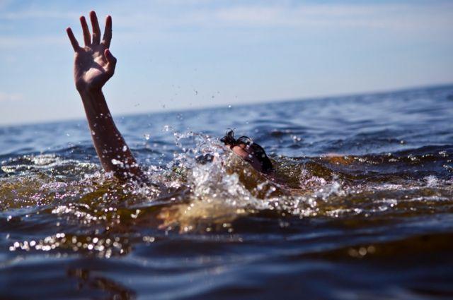 Женщину достали из воды очевидцы.