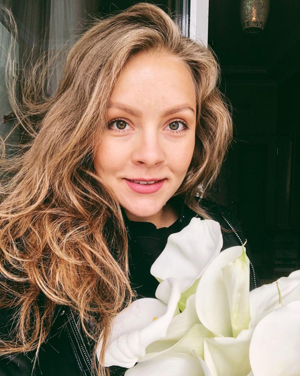 «Сегодня впервые получила поздравление с этим днем и это такое счастье!!!» - подписала свое солнечное фото с цветами Алена Шоптенко.