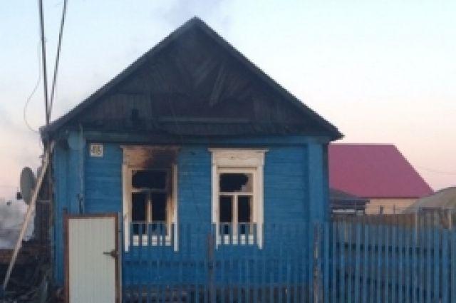В Переволоцком районе при пожаре в частном доме погибли три человека.